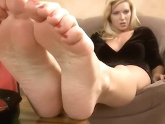 Milf Niki Lee Young Crushes A Shrunken Man WIth Her Foot ( Giantess )